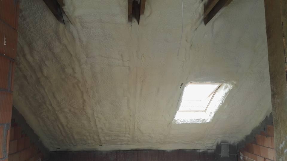 Izolacja dachu, ocieplenie pianką PUR w miejscowości Robakowo, izolacje natryskowe IzolPoznań