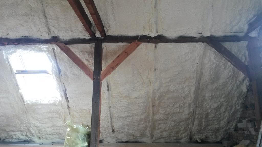 Izolacja stropu dachu, ocieplenie pianką poliuretanową, wykonanie IzolPoznań