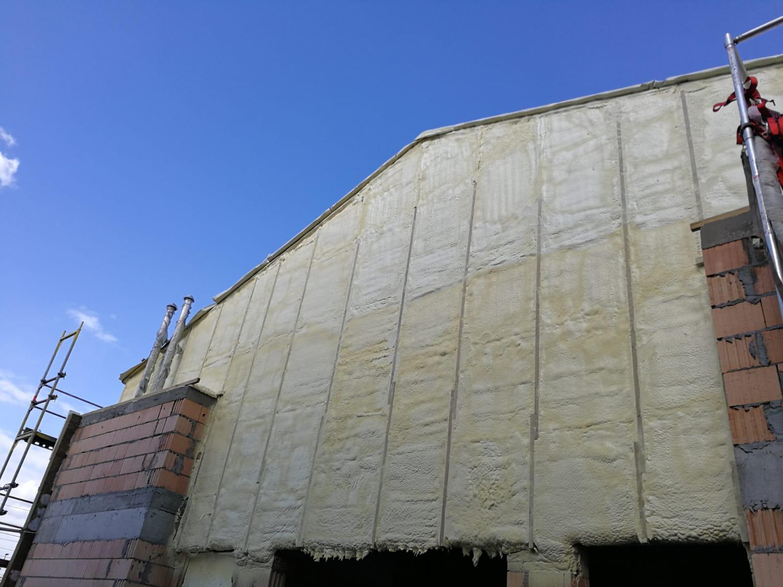 Izolacja ścian magazynów, hal, kurników, garaży pianka PUR